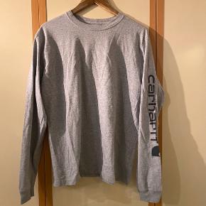 Sælger denne trøje/langærmede t-shirt som nogen også vil kalde den da den aldrig bliver brugt. Trøjen er med stort tryk ned af hele den ene arm.  Fremstår i perfekt stand da den nærmest aldrig har vært i brug, ingen pletter, huller el lignende.  Giv et fair bud