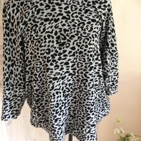 Leopard bluse Brystmålet er 2 x 68 cm Længde foran 72 cm og bag på 78 cm