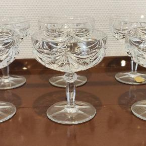 6 Champagne skåle i flot krystal sælges. Perfekt stand. Højde ca 11 cm og diameter 10 cm