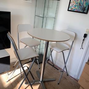 Barbord med 3 barstole. Med småfejl/skrammer, men ikke noget stort