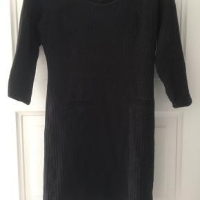 Kropsnær Ganni kjole i riflet stof og lommer foran.