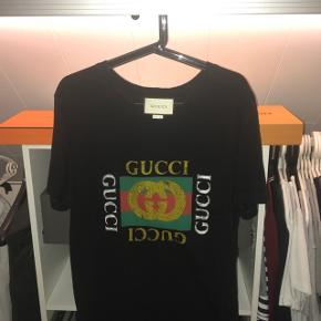 Super lækker Gucci T-Shirt. Modellen er en str. M men ville nu også kunne passes af en str. L. Boks og kvittering haves.  Skriv endelig for flere billeder eller spørgsmål😊