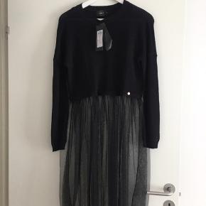 Fin kjole med tylskørt super cool over et par rå jeans.  Sendes på købers regning ca. 37kr Alm i str.