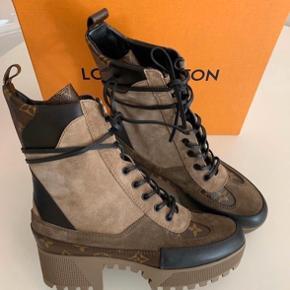 Super flotte og velholdte Louis Vuitton støvler sælges da jeg ikke får dem brugt som ønsket. De brugt max 4 gange og aldrig i dårligt vejr. De ser ud som nye.  Alt medfølger dem i form af kvittering og kasse dustbags.   Jeg er normalt en 38 og de er lige lidt store ril mig. Men ikke meget.