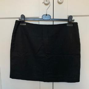 Fineste nederdel fra Designers Remix, sort med en smule shimmer i (se billede 2 - det er dog ikke helt så meget som på billedet)