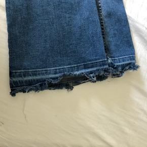 Blå bootcut jeans fra Ginatricot, i xs.  Sælges, da jeg ikke får dem brugt, kun brugt et par gange - så derfor ikke slidt Har en sød flæsedetalje i bunden.  Ikke fra rygerhjem!