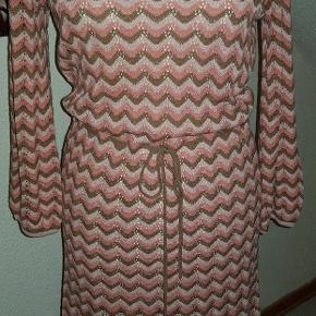 Sommerlig strik kjole i dejlige farver
