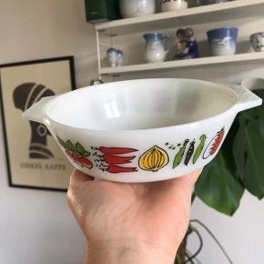 Ovnfast fad/skål fra JAJ England, 16 cm i diameter 🍅🥬 kan bruges til alt muligt, jeg har brugt den som madskål til min kanin. Rigtig fed retro skål med ører. Har påtryk af grønsager på   Bemærk - afhentes ved Harald Jensens plads eller sendes med dao. Bytter ikke 🌸  💫 Ovnfast skål fad retro øre ører hank hanke ærter æble løg radiser peberfrugt engelsk England made in England porcelæn