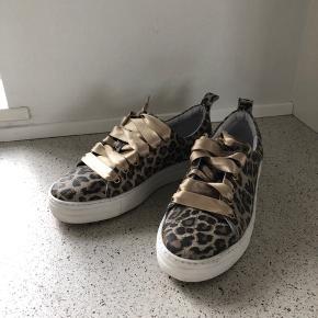Super fin leopard stof med guld satinbånd  Brugt få gange