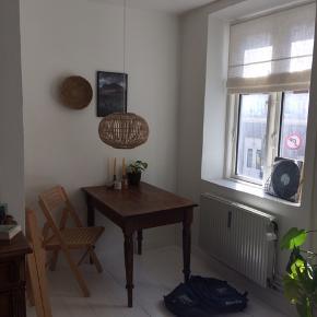 Virkelig flot loftslampe som står helt som ny. Igen skrammer eller fejl.  Fra mærket Broste Copenhagen og koster 1119kr for ny. Sælges pga flytning.