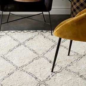 Fint Rya gulvtæppe i gråhvide/beige toner.  Mål: 160x230.   I rigtig fin stand.