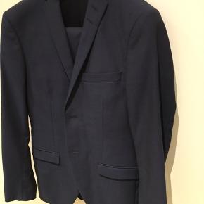 Jakkesæt, hvor jakke model Jil er str. 46 og buks model Gordon er 48. Ærmlængde 44 og benlængde 78. Brugt 3 gange. 100% 100. Svarer ikke på useriøse/skam bud.