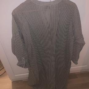 Størrelse S/M. Super behagelig skjortekjole. Perfekt til stranden eller lune sommerdage. Eller med et par jeans indenunder