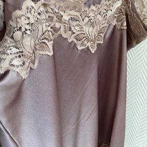 """Rigtig fin silke/blonde top fra Buch Copenhagen (deres eget mærke) i farven """"taupe"""". Blonderne passer bedre til blusen end lyset lige får det til at se ud!  Sælges da jeg ikke får den brugt desværre. Afhentes eller sendes 🤍 Tager imod Mobilepay og TS o"""