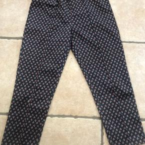 Fineste Custommade bukser med blomster  Brugt 2 gange Højttaljet i polyester og bomuld