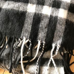 Moss CPH uld halstørklæde i sort/hvid/grå tern. Varmt og dejligt men klør ikke!