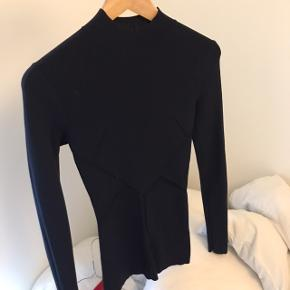 H&M Studio trøje i mørkeblå. Har de flotteste mønstre som man kan se på billederne.