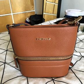 Fin taske fra Flora&Co, købt i Paris og aldrig brugt. Mange fine rum til forskellige formål ☀️  Skriv for flere billeder