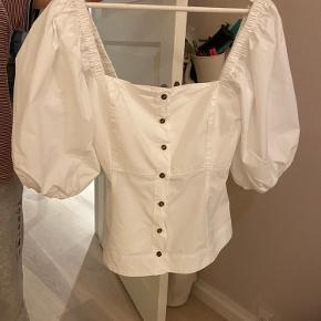 Meget smuk ganni skjorte Sælges da jeg desværre ikke får den brugt nok://  Den er ikke brugt særlig meget og er i god stand. Bemærk dog, at der er en lille sort plet (3 billede) bagpå trøjen - kun tydelig hvis man er helt tæt på