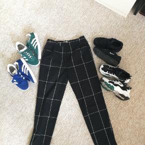 Fede bukser fra Weekday sælges Skriv endelig for flere billeder! Skoene vist på billedet kan i finde på min shop :) Str xs  Se min shop for andet vintage tøj så som nike Adidas Thrasher Levis champion og stussy