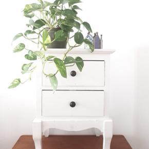 Fint hvidt sengebord/ skuffe møbel med 2 skuffer. En hel del slitage og lidt afskrabet maling...Lige som det skal være...men fin og stabil. Kan afhentes i Helsingør eller på Blegdamsvej efter aftale Annoncen fjernes med det samme ved salg således er det ikke nødvendigt at spørge hvorvidt det fortsat er til salg