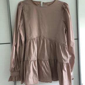 Sælger denne søde bluse med længde fra Na-kd. Kun købt for et par dage siden, men kan ikke byttes, da jeg har klippet mærket af. Aldrig brugt og er fuldstændig som ny