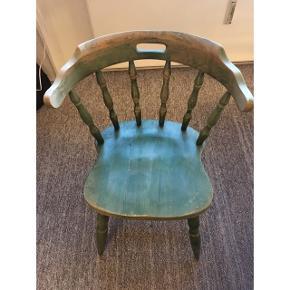 Gammel grøn fin stol med patina. Sælges grundet flytning. Varen befinder sig i Kongensgade Odense C. Sender ikke, kom gerne med bud.