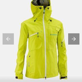 Rigtig fed skijakke fra Peak Performance R&D, style: Heli Alpine Jacket (Men) i gul farve (som produktbillede - er svært at fange med eget kamera), str S. 3-lags Gore Tex Pro Shell. Brugt på ski i tre-fire sæsoner og har derfor slid. En vask vil gøre underværker. Funktionel, nem at bevæge sig i, skaljakke, der bare virker og i nice farve.