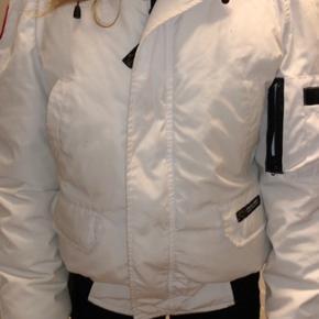 Ægte Canada goose jakke, kvinde model Aldrig brugt  Np 7000 Sælges billigt da jeg mangler penge. BYd