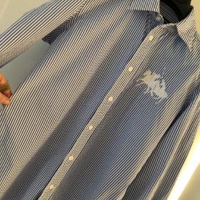 Varetype: Langærmet Farve: Blå  Der str. Str. 6 i skjorten Jeg vurderer den til at passe en str 36/38 Let taljeret