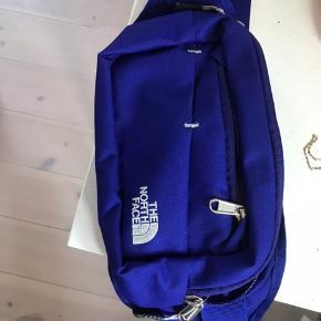 North Face taske købt i foråret 2019 Skriv til mig for mere info eller flere billeder;) Pris for forsendelse⬇️ 50g = 9kr 100g = 18kr 250g = 36kr 500g = 45kr