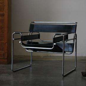 Et par smukke originale lænestole af Marcel Breuer fra 1980´erne. Tunge og i kraftig læder. Står i pæn stand, mindre brugsspor.  Stk pris 5200,-  Vintage. Design. Kernelæder. Retro.