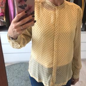 Mesh gul skjorte med sorte prikker. Den har guld knap for oven og på ærmerne 🌼