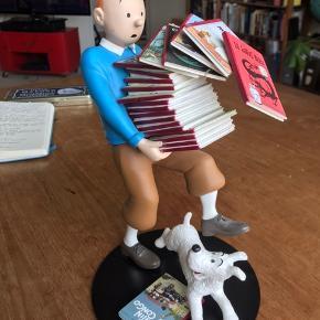 Fin Tintin figur. Den har været på gulvet en enkelt gang så har spor af at være repareret (se billeder), derfor sælges den billigt. Kom gerne med et bud!