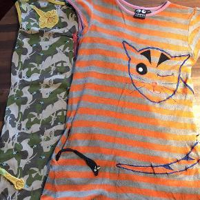 Varetype: Kjoler Farve: Multi  Super fine kjoler fra Ubang med sjove detaljer. Kjolen med katten har en lille mus i den ene lomme og kjolen med kolibrien har en blomst i lommen.  Den orangestribede er i frotte og den anden er i 100% bomuld.   Pris omkring 100kr pr stk (begge samlet 160kr)  Se også alle mine andre annoncer Bytter ikke