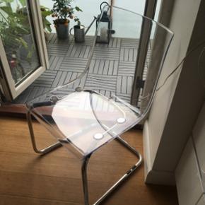 Mål Højde: 82 cm Bredde: 55 cm Dybde: 56 cm Siddebredde: 48 cm Siddedybde: 46 cm Siddehøjde: 44 cm  Nypris: 495kr  Den er helt som ny, sælges på grund af mangel på plads. Fra IKEA