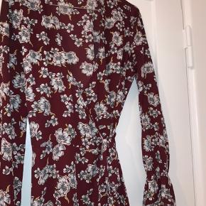 Sød sommerkjole i mørkerød med hvide blomster   Slå om kjole  Brugt få gange   Tags sommer, sommerkjole, nelly, Asos, monki, mango