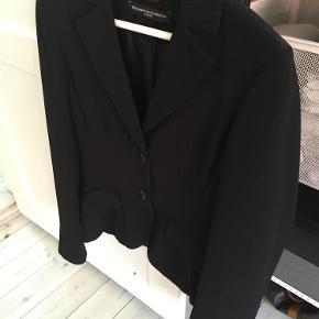 Varetype: Suit Størrelse: 38  / 36 Farve: Sort Oprindelig købspris: 3200 kr. Prisen angivet er inklusiv forsendelse.  Super flot suit. Blazer er str 38 og flare bukser med lynlås i siden og pressefold er str 36. Sort med sort skinnende nålestriber. Brugt en enkelt gang.