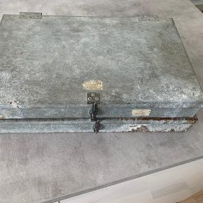 Fine patinerede opbevaringskasser i metal.  Måler ca. 41x26  Sælges samlet og skal afhentes i Vanløse