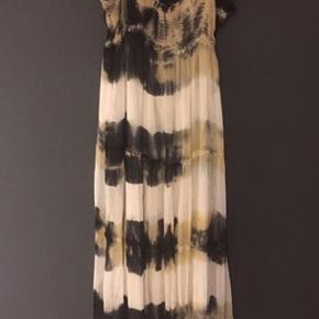 Rigtig flot kjole fra Munte plus Simonsen, brugt få gange i super fin stand.