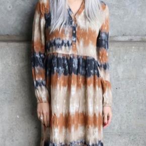 Fin kjole i viskose og rayon - krøller ikke. Næsten som ny. Størrelsen svarer til en S - M Maxikjole beige rust blå mørkeblå