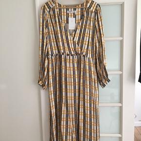 ☀️Flot ternet kjole fra ASOS White stadig med mærker og aldrig brugt. Stoffet er blødt og dejligt og i det fineste mønster. Der er lynlås i venstre side og den falder smukt.  Jeg passer den desværre ikke alligevel.   Det er en EU 44 og passer bedst en str L-XL.   Sender gerne, men kan også afhentes i Nordvest.
