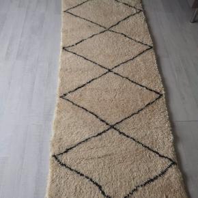NÆgte Beni Ouarain Marokkansk, berber tæppe i 100 pct uld, håndvævet i Marokko. Tæppe er vasket i hånden på en traditionel måde så den ikke ulder og har en glansfuld overflade. Kan sendes eller leveres. Certifikat på at tæppe er ægte haves. Måler L 280 cm x 206 cm