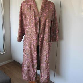 Varetype: kimono Farve: se billede Oprindelig købspris: 4500 kr. Prisen angivet er inklusiv forsendelse.  Sælger denne smukke kimono fra Heartmade.  Kun brugt en gang, den er blevet lagt op af en proffesional skrædder.  L:105 cm Æ:45 cm B:2x54 cm  100% silke.  Sen er stor i str. jeg er str 38 og passer den.  Bud fra 1800 via mobilpay  BYTTER IKKE
