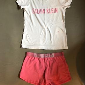 Calvin Klein nattøj. Størrelse 152/164. Jeg synes at det er lille i størrelsen. På blusen er der en plet/maling.