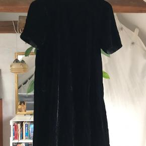 Velourkjole med høj hals og lynlås i ryggen