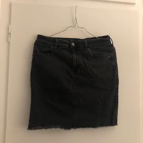 Sort cowboy nederdel fra Pieces i størrelse L Fitter M-L