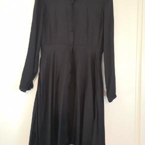 Fin løs kjole fra vero moda. Sælges da den er lidt for lille over brystet. Brugt få gange 🌺🌺Se mine andre annoncer🌺🌺
