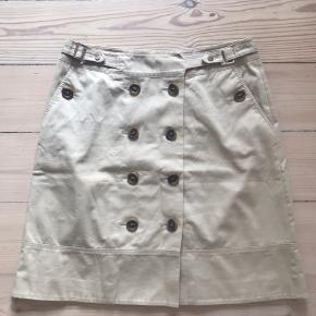 Smuk sandfarvet nederdel med mange fine detaljer. Har købt den herinde, men får den desværre ikke brugt.