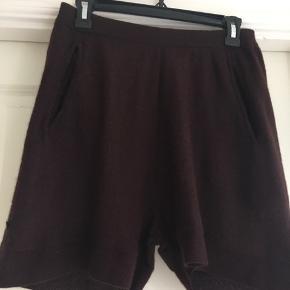 Beskrivelse De fine Karma shorts fra Aiayu.  Bytter ikke.